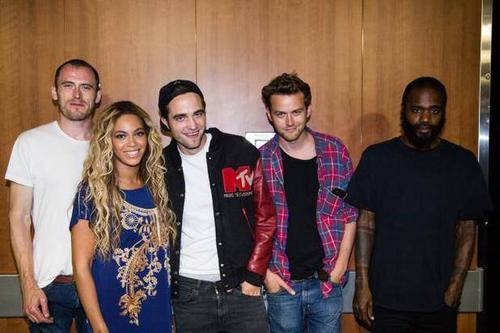 "Zach Hill, Beyoncè, Robert Pattinson, Adam ""Flatlander"" Morin, Stefan ""MC Ride"" Burnett. Post concerto di Beyoncè"