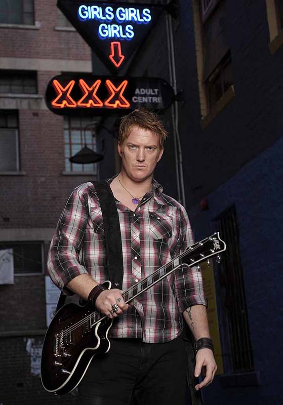 037Joshua-Homme-Queens-of-the-Stone-Age-2008-Maton-Guitars